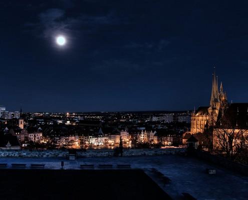 Blick über das nächtliche Erfurt gesehen vom Restaurant Glashütte