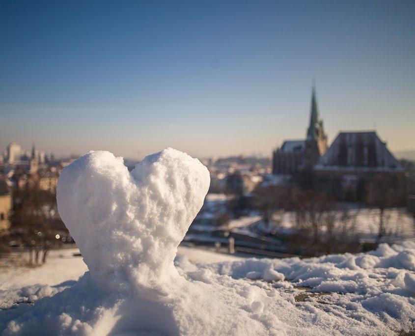 ein Valentinsherz aus Schnee vor dem Erfurter Dom